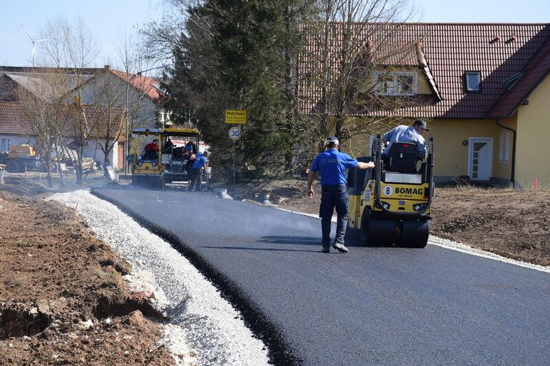 Die Ortszufahrten der Ortsumgehung Modschiedel wurden am Mittwoch asphaltiert. (Foto: Landratsamt Lichtenfels/Heidi Bauer)